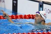 競泳男子100メートル背泳ぎ(知的障害)で銅メダルを獲得し、電光掲示板の記録を確認し指さす津川拓也=リオデジャネイロの五輪水泳競技場で2016年9月8日、徳野仁子撮影