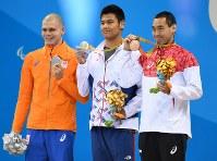 競泳男子100メートル背泳ぎ(知的障害)で銅メダルを獲得し、表彰台で笑顔を見せる津川拓也(右)=リオデジャネイロの五輪水泳競技場で2016年9月8日、徳野仁子撮影