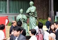 披露された勝海舟と坂本龍馬の師弟銅像=東京都港区で2016年9月10日、望月亮一撮影