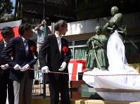 除幕式で、披露される勝海舟と坂本龍馬の銅像=東京都港区で2016年9月10日午前10時39分、望月亮一撮影