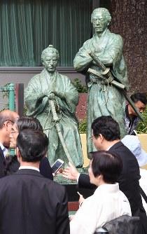 除幕式で、披露される勝海舟と坂本龍馬の銅像=東京都港区で2016年9月10日午前10時45分、望月亮一撮影