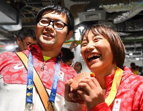【リオデジャネイロ・パラリンピック】柔道(視覚障害)女子57キロ級で銅メダルを獲得し、夫の悠(左)とメダルを手に笑顔を見せる広瀬順子=リオデジャネイロのカリオカアリーナで2016年9月9日、徳野仁子撮影