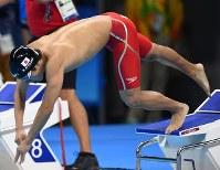 【リオデジャネイロ・パラリンピック】競泳男子50メートルバタフライS6決勝、プールに飛び込む小山恭輔=リオデジャネイロの五輪水泳競技場で2016年9月9日、徳野仁子撮影