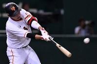 【巨人―広島】一回裏巨人1死一塁、坂本が先制の2点本塁打を放つ=東京ドームで2016年9月10日、宮間俊樹撮影
