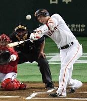 【巨人―広島】一回裏巨人1死一塁、坂本が左越え2点本塁打を放つ=東京ドームで2016年9月10日、大西岳彦撮影