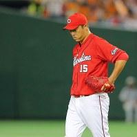 【巨人―広島】一回裏巨人1死一塁、坂本に先制の左越え2点本塁打を打たれうなだれる広島の先発・黒田=東京ドームで2016年9月10日、長谷川直亮撮影