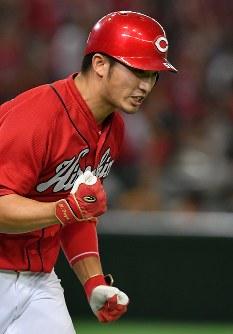 【巨人―広島】四回表広島無死、同点となる左越え本塁打を放ち拳を握る鈴木=東京ドームで2016年9月10日、宮間俊樹撮影