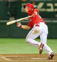 【巨人―広島】四回表広島無死、鈴木が左越え本塁打を放つ=東京ドームで2016年9月10日、長谷川直亮撮影