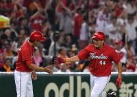 【巨人―広島】四回表広島無死、勝ち越し本塁打を放ち三塁を回る松山(右)=東京ドームで2016年9月10日、宮間俊樹撮影