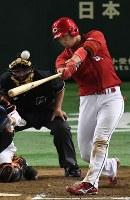 【巨人―広島】四回表広島無死、鈴木が左越え本塁打を放つ=東京ドームで2016年9月10日、大西岳彦撮影