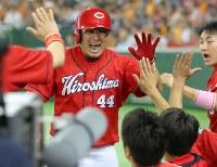 【巨人―広島】四回表広島無死、勝ち越しの本塁打を放ち、ベンチでハイタッチで迎えられる松山(奥)=東京ドームで2016年9月10日、長谷川直亮撮影