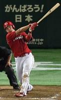 【巨人―広島】五回表広島1死一塁、鈴木が左越え本塁打を放つ=東京ドームで2016年9月10日、大西岳彦撮影