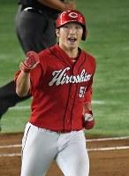 【巨人―広島】五回表広島1死一塁、鈴木が2打席連続の本塁打を放ち拳を固める=東京ドームで2016年9月10日、大西岳彦撮影