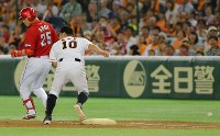 【巨人―広島】八回表広島2死三塁、新井(左)の二ゴロで一塁手・阿部が捕球ミスして、広島が追加点=東京ドームで2016年9月10日、長谷川直亮撮影