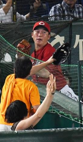 【巨人―広島】八回裏巨人無死一塁、坂本の一邪飛を広島の新井が好捕=東京ドームで2016年9月10日、大西岳彦撮影