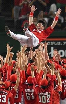 【巨人―広島】25年ぶりのセ・リーグ優勝を果たし、胴上げされる広島の新井貴浩選手=東京ドームで2016年9月10日、大西岳彦撮影