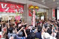 【広島優勝セール】広島カープの25年ぶりのリーグ優勝を記念して行われた百貨店のセールに駆けつけた広島市民ら。開店前にはくす玉が割られた=広島市中区で2016年9月11日午前9時48分、山田尚弘撮影