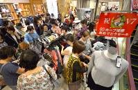 【広島優勝セール】広島カープの25年ぶりのリーグ優勝を記念した百貨店のセールで、商品を買い求める女性たち=広島市中区で2016年9月11日午前10時50分、山田尚弘撮影
