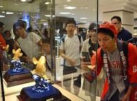 純金のコイのオブジェに見入るカープファンたち=広島市中区の福屋八丁堀本店で2016年9月11日午前10時42分、石川裕士撮影