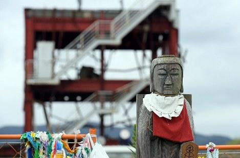 南三陸町の防災対策庁舎近くの献花台に置かれた仏像。震災5年半を迎えたこの日も、多くの人たちが訪れていた=宮城県南三陸町で2016年9月11日午前11時34分、喜屋武真之介撮影