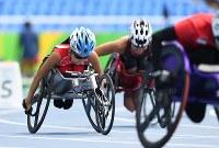 陸上(車いす)女子400㍍決勝、スタートする木山由加(左)=リオデジャネイロの五輪スタジアムで2016年9月10日、徳野仁子撮影