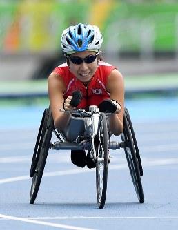 陸上(車いす)女子400㍍T52決勝、4位に終わりフィニッシュ後苦笑いする木山由加=リオデジャネイロの五輪スタジアムで2016年9月10日、徳野仁子撮影