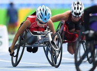 陸上(車いす)女子400㍍T52決勝、スタートする木山由加(左)=リオデジャネイロの五輪スタジアムで2016年9月10日、徳野仁子撮影