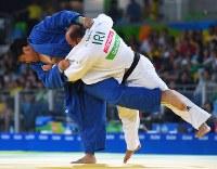 柔道(視覚障害)男子100キロ超級3位決定戦、イランの選手に一本勝ちで銅メダルを獲得した正木健人(左)=リオデジャネイロのカリオカアリーナで2016年9月10日、徳野仁子撮影