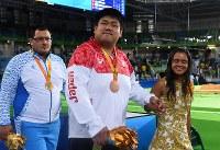 柔道(視覚障害)男子100キロ超級で銅メダルを獲得し、観客席からの声に笑顔を向ける正木健人(中央)=リオデジャネイロのカリオカアリーナで2016年9月10日、徳野仁子撮影