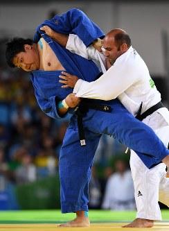 柔道(視覚障害)男子100キロ超級3位決定戦、イランの選手を攻める正木健人(左)=リオデジャネイロのカリオカアリーナで2016年9月10日、徳野仁子撮影