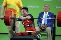 【リオデジャネイロ・パラリンピック】パワーリフティング男子54キロ級に登場した西崎哲男=ロイター