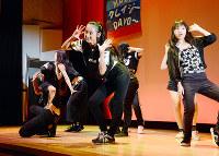 ステージでダンスを披露する参加者たち=徳島市元町1のシビックセンターで、河村諒撮影