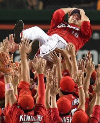25年ぶりのセ・リーグ優勝を果たし、泣きながら胴上げされる広島の黒田博樹投手=東京ドームで2016年9月10日、大西岳彦撮影
