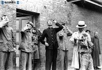 """日中戦争の戦場、漢口でも皆既日食が見られた。ガラス板をロウソクの""""すす""""でいぶして、日食を見上げる漢口の市民 =1941(昭和16)年9月21日撮影"""