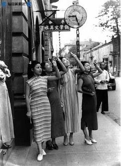 日中戦争の戦場、漢口でも皆既日食が見られた。皆既日食をいぶしガラスで見る女性たち=1941(昭和16)年9月21日撮影