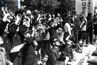 礼文島金環食。大阪の電気科学館で日食を見る子供たち=1948(昭和23)年5月9日撮影