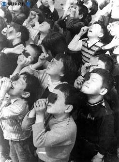 金環食を観測する八丈島の小学校の児童=1958(昭和33)年4月撮影