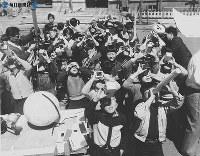 いろいろな器材を使い日食観測する小学生=1958年(昭和33)年4月撮影