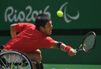 【車いすテニス】バックハンドでボールを返す国枝慎吾=リオデジャネイロので五輪テニスセンターで2016年9月11日、徳野仁子撮影