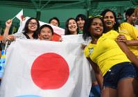 ボッチャを視察し、記念撮影する鈴木大地スポーツ庁長官(左から2人目)=リオデジャネイロのカリオカアリーナで2016年9月11日、徳野仁子撮影