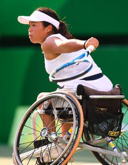 【車いすテニス】ショットを放つ上地結衣=リオデジャネイロの五輪テニスセンターで2016年9月11日、徳野仁子撮影