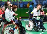【日本-ポルトガル】第3エンド、ジャックボールに投球を寄せ、ガッツポーズで叫ぶ広瀬隆喜(左)。日本はこのエンドで5得点した=リオデジャネイロのカリオカアリーナで2016年9月11日、徳野仁子撮影
