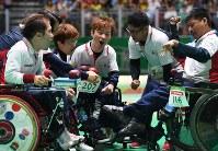 【日本-ポルトガル】第3エンド前に円陣を組む日本の選手たち=リオデジャネイロのカリオカアリーナで2016年9月11日、徳野仁子撮影
