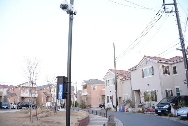 防犯カメラが設置された住宅団地=東京都足立区で2016年3月