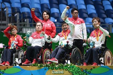 銀メダルを胸に歓声に応えるボッチャ・チーム日本代表の(手前左から)藤井、広瀬、木谷、杉村ら=リオデジャネイロのカリオカアリーナで2016年9月12日、徳野仁子撮影