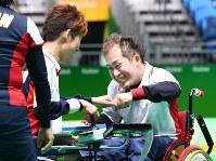 【日本-タイ】ボッチャ・チーム決勝でタイに敗れたものの、銀メダルを獲得し、拳を合わせる広瀬隆喜(右)と杉村英孝=リオデジャネイロのカリオカアリーナで2016年9月12日、徳野仁子撮影