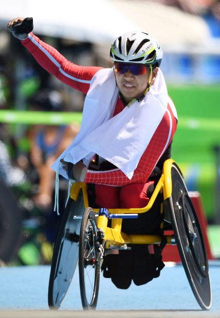 【リオデジャネイロ・パラリンピック】陸上(車いす)男子400メートルT52で銀メダルを獲得し、ガッツポーズする佐藤友祈=リオデジャネイロの五輪スタジアムで2016年9月13日、徳野仁子撮影