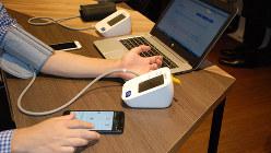 血圧を測定すると、患者のスマートフォンに測定データが表示される。医師はパソコンで患者のデータを参照することができる=鈴木敬子撮影