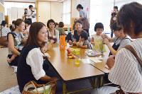 おしゃべりを楽しむママカフェの参加者たち=石川県かほく市宇野気の保健福祉センターで、金志尚撮影