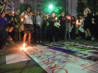 オーランドでの銃乱射事件の被害者を悼み、東京都新宿区の公園で開かれた追悼集会=6月14日、藤沢美由紀撮影
